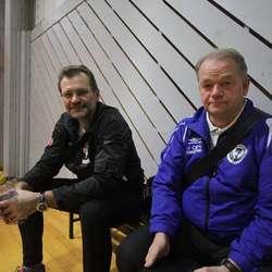 Ass. landslagstrenar Morten Alstadsæther og nestor Arild Lund stilte òg i Oshallen. (Foto: KVB)