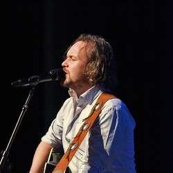 Ole Reinert Berg-Olsen opna konferansen med to låtar.  (Foto: KOG)
