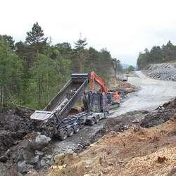 Vestafjell har bygd mykje veg. Steinen kjem frå Lekven. (Foto: KVB)