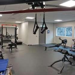 Frå garderoben har dei tilsette direkte tilgang til dette nesten ferdiginnreidde treningsrommet.