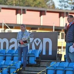 Styremedlem Marita fekk blomar av styreleiar Leiv Gunnar. (Foto: KVB)