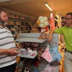 Henning Heimdal og Petter Vabog diskuterer korleis boutiquen skal bli. (Foto: KML)