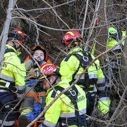 Med båre og tau kom «pasienten» trygt ned. (Foto: Kjetil Vasby Bruarøy)