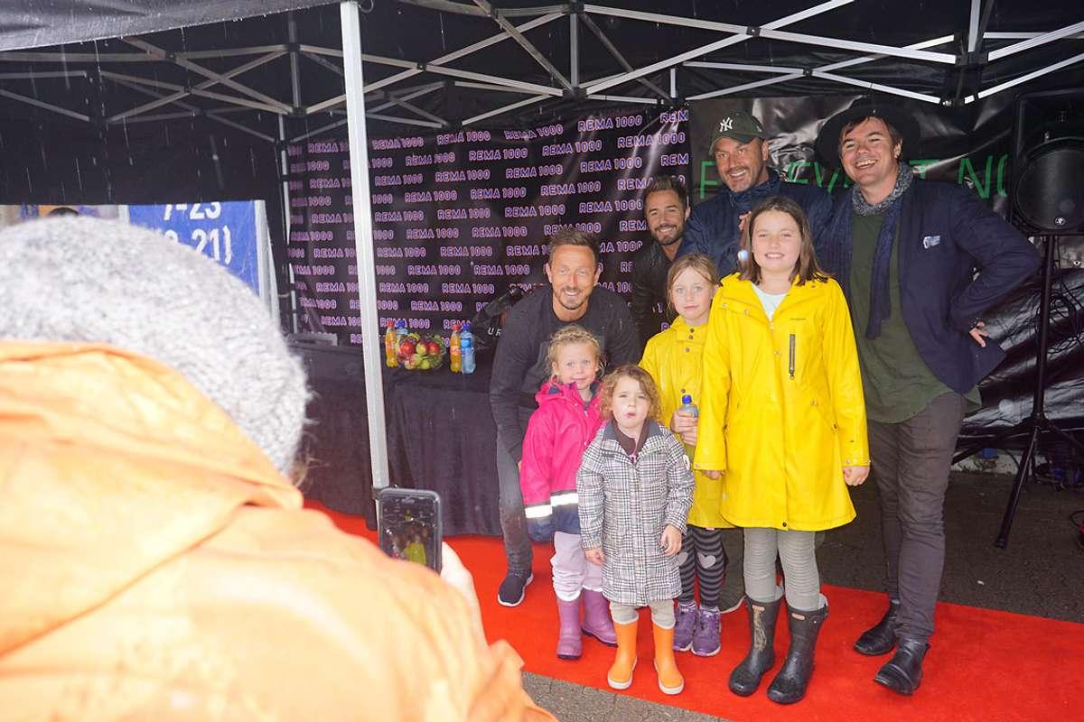 Familien Noel og Brandt var dei første som fekk ta bilde med Stavangerkameratene på Rema Kuven stasjon i dag. (Foto: Kjetil Vasby Bruarøy)