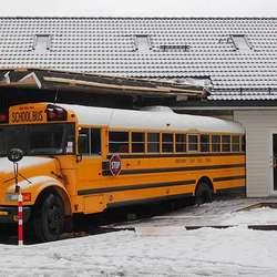 Fasaden til Er-An Veikro har endra seg litt etter at bussen vart rygga inn. (Foto: Cathrin Valestrand)