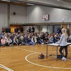Alle elevane var samla i gymsalen for å høyra om Moldova. (Foto: KVB)