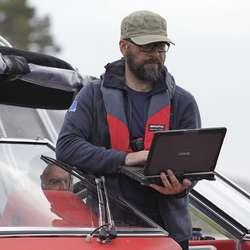 Rune Olav Holm får data overført trådlaust. (Foto: KVB)