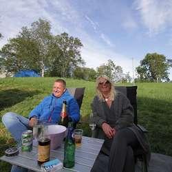 Trond og Hilde Andersen frå Landås tok med bubilen til Os. (Foto: Kjetil Vasby Bruarøy)