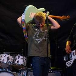 Daniel Knutsen briljerer på gitar (Foto Henrik Mjelva)