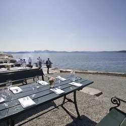 Onsdag var det dekka bord ved fjorden. (Foto: Kjetil Vasby Bruarøy)