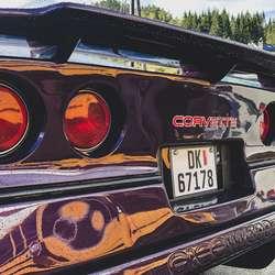 Ein lilla Corvette med ein småfrekk hekk. (Foto: ØH)