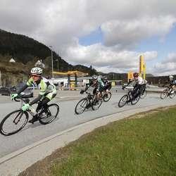 Den første gruppa gjennom rundkjøringa ved Meny i Industrivegen. (Foto: Kjetil Vasby Bruarøy)