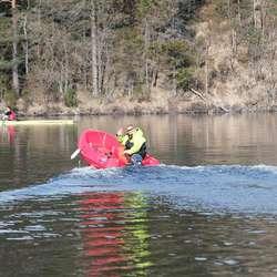 ... under rettleiing av trenar Audun Hadler-Olsen. Roklubben har fått løyve frå kommunen å nytta motorbåt på Vindalsvatnet (foto: Andris Hamre)