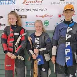 Sofie Evensen (t.v), Adelheid Røttingen Møller og , Daniel Myklebust Fjellstad. (Foto: Os Skyttarlag)