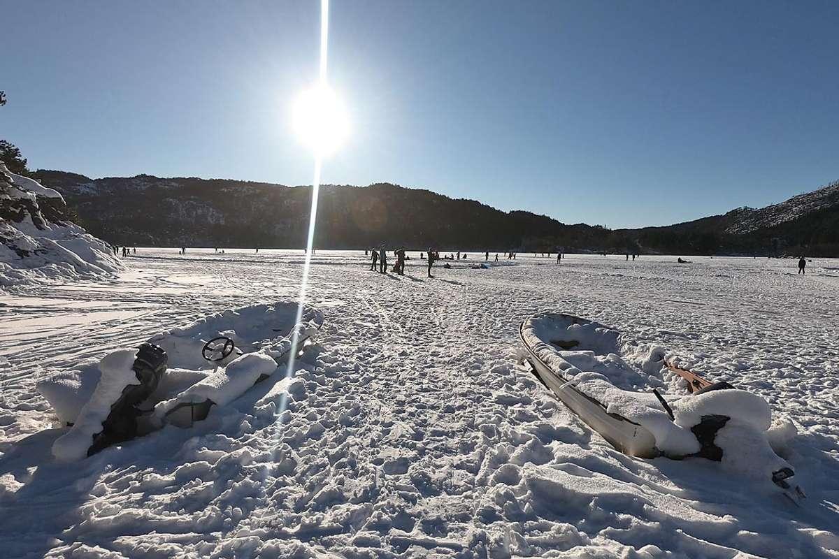 Båtane til Os Roklubb ligg klare for smelting - i mellomtida var det valfarting til aktivitet på isen laurdag. (Foto: Kjetil Vasby Bruarøy)