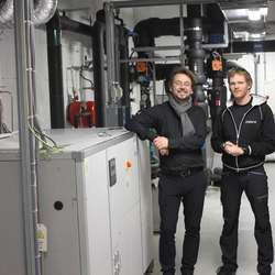 Lindeberg og Nordahl-Pedersen med varmepumpa som gir energi til Oseana (foto: AH)