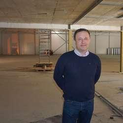 Tom Leonsen, her under bygging av ny dobbelhall, haustar mykje ros. (Foto: KVB)