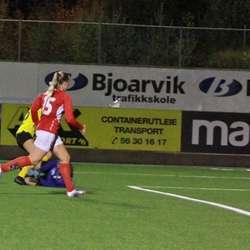 Keeper storma ut, men Andrine fekk ballen forbi. (Foto: KVB)