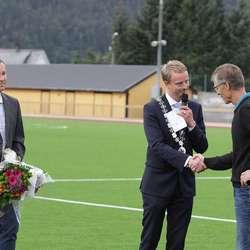 Idrettskonsulent Tom Leonsen kom med blomar til Moberg. (Foto: KVB)