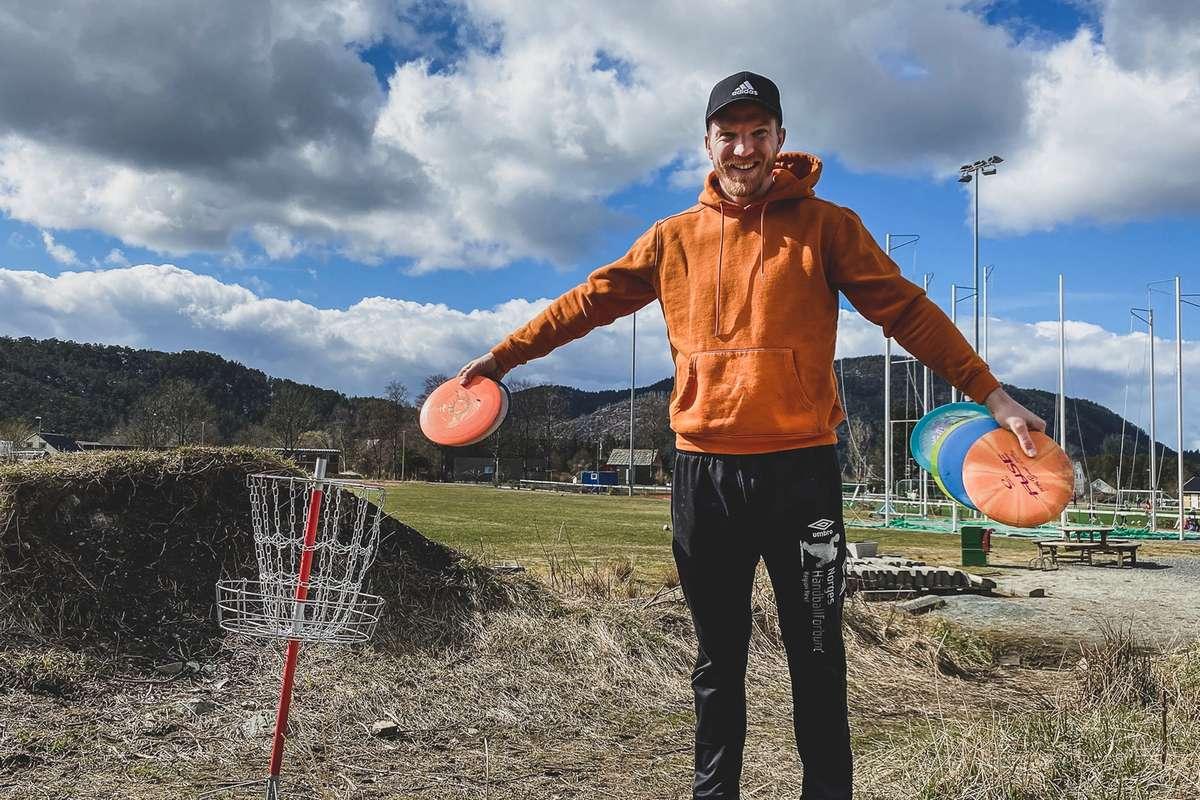 Jørgen Wold har fått tildelt 50.000 kroner frå Sparebanken Vest sitt Ildsjelfond, til å starta opp eit frisbee-tilbod i Bjørnafjorden. (Foto: Ørjan Håland)