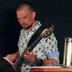 Konserten bar preg av høgt musikalsk nivå - her representert ved bassist Tormod Bjånes. (Foto: KOG)