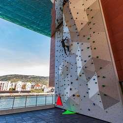 Tore har òg vore med og montert utandørsveggen på BOB i Bergen. (Foto: Tore Njøten)
