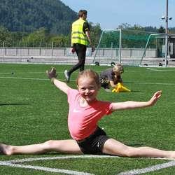 Nora (6) er blant dei yngste og smidigaste på friidrettsskulen. (Foto: KVB)