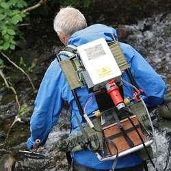 Med batteri på ryggen blei fisken bedøvd og lettare å fanga. (Foto: KVB)