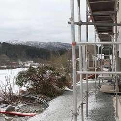 Mot vatnet skal det byggast ein stor terrasse. (Foto: KVB)