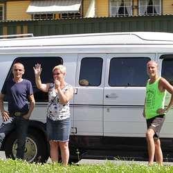 Jan Kenneth Garvik (t.v.) er mannen som donerte bilen som heng på veggen på Er-An. (Foto: KVB)