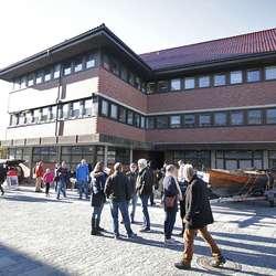 Folksamt ved rådhuset før foredraget startar. (Foto: Kjetil Vasby Bruarøy)