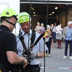 Olje- og energiministeren fekk testa klatreselen (foto: AH)