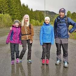 I fin stil over Ulvensletta - F.v. Viola, Henriette, Maria og Krister. (Foto: KOG)