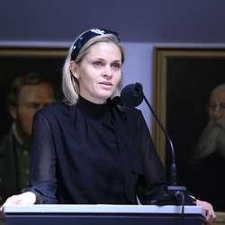 Marie L. Bruarøy (H) presiserte at det er grunnskuleelevane som får disponera banane gratis. (Foto: KVB)