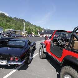 Bilane sto oppstilt før og etter paraden. (Foto: KVB)