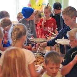 Måltid i klubbhuset. (Foto: Ørjan Håland)