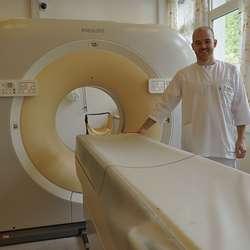 Radiograf Sindre ved CT-maskina. (Foto: KVB)
