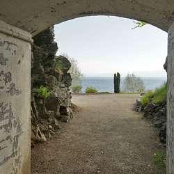 Den andre inngangen er under Solstrandvegen, ned mot sjøen. (Foto: KVB)