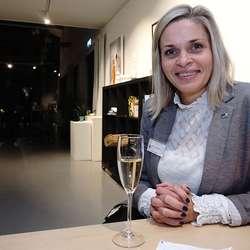 Marie L. Bruarøy held forhandlingskorta tett til brystet. (Foto: KVB)