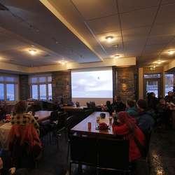 Filmen Broken Record blei vist i varmestova etter endt skidag. (Foto: KVB)