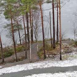 Ved vatnet blir det bygd tursti. (Foto: Kjetil Vasby Bruarøy)