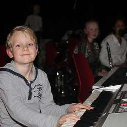 Rundt 100 elevar deltar med song, dans og ulike instrument. (Foto: Kjetil Vasby Bruarøy)