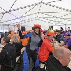 Samling i teltet før start, enkelte betre kledd enn andre. (Foto: KVB)