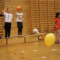 Skot-trening. Kven klarar å treffe ballongen? (foto: AH)