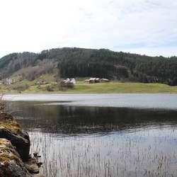 Med sti også til venstre er vi nesten rundt halve vatnet. (Foto: KVB)