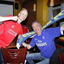 Far og son Espen og Øystein. Tysdag dukka det også opp ein Chelsea-supporter. (Foto: Kjetil Vasby Bruarøy)