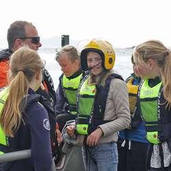Test av hjelm med kommunikasjonsutstyr. (Foto: Kjetil Vasby Bruarøy)