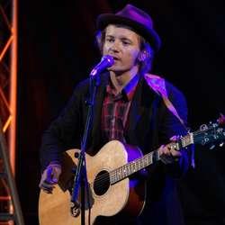 Marius Hjelle på akustisk gitar (Foto: Henrik Mjelva)