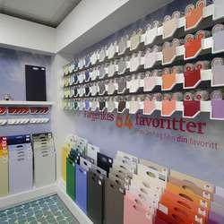 I nøytralt lys kan du studera fargane betre - eller kjøpa ein liten prøveboks med heim. (Foto: Kjetil Vasby Bruarøy)