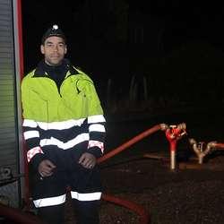 Erik Walden frå Os brannvesen pumpar vatn opp i bustadfeltet på Hjelle.  (Foto: Kjetil Vasby Bruarøy)